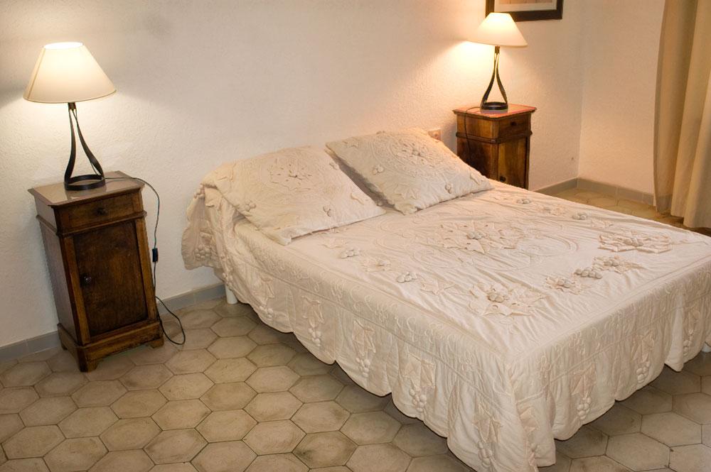 clos valdet chambre blanche 04 la table rallonge. Black Bedroom Furniture Sets. Home Design Ideas