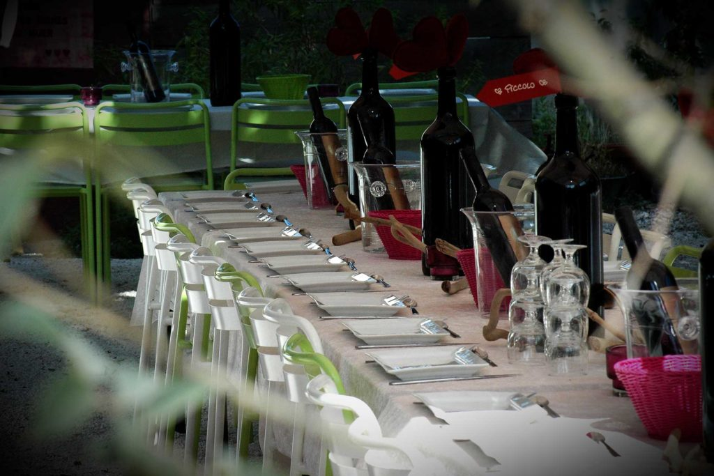 LA TABLE A RALLONGE est une auberge festive située à Saint-Laurent d'Aigouze un village traditionnel de Camargue. A deux pas de la cité d'Aigues-Mortes et des plages du Grau du Roi, elle propose des locations de salles et d'espaces extérieurs pour les anniversaires, mariages, cousinades... et organise également des soirées cabarets avec les artistes locaux, des tables d'hôtes parfois ouvertes au public et des location de maisons et de chambres d'hôtes, indépendantes gravitant tout autour d'espaces communs.
